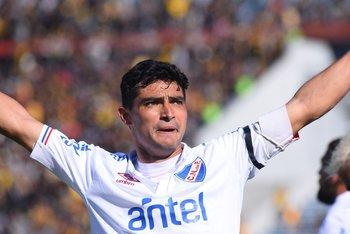 El festejo tras sus dos goles en el clásico del Clausura