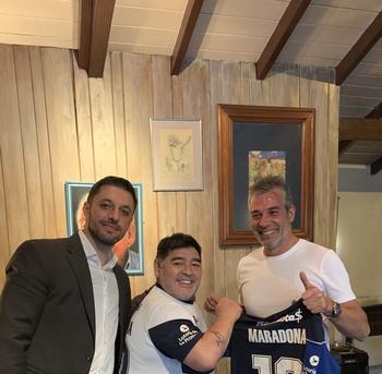 Diego Maradona junto a su abogado Matías Morla y el presidente de Gimnasia y Esgrima de La Plata Gabriel Pellegrino