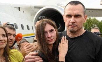 El director de cine ucraniano Oleg Sentsov (R) abraza a su hija Alina Sentsova