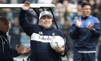 Diego Maradona presentado en el estadio de Gimnasia