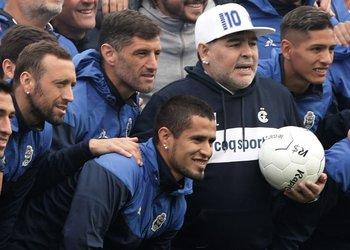 Aleman, a la izquierda, muy cerca de Maradona en la presentación del nuevo DT de Gimnasia