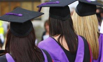 Según la medida, no hay restricciones sobre qué tipo de trabajo tienen que buscar los estudiantes una vez finalizados sus estudios.