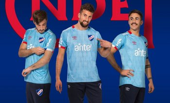 Matías Viña, Guzmán Corujo y Gabriel Neves con la camiseta celeste 2019 de Nacional
