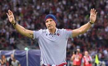 Sinisa Mihajlovic, técnico de Bologna, dirigió un partido mientras hace un tratamiento contra la leucemia