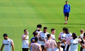Los jugadores de Valencia y el DT Celades