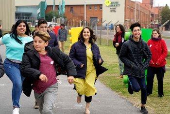 Kira Bir Sethi fundadora del programa Design for Change en un taller dictado en el Plan Ceibal con niños uruguayos