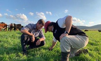El agrónomo Juan Díaz y el veterinario Mauricio Rodríguez en uno de los sitios del establecimiento que podrá visitarse el próximo martes.