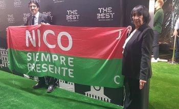 Justo Sánchez con la bandera para Nico en la gala de FIFA