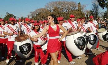 La vedette y la cuerda de tambores de la comparsa Hechiceros este domingo en Montevideo.