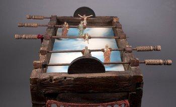 """""""El juego de los milagros"""" (1999). Madera, cemento, metal, impresión sobre foamboard y tela.   92,5 x 112 x 111 cm"""