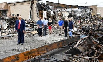El presidente de EEUU, Donald Trump, visitó este martes la zona afectada por protestas civiles en Kenosha, Wisconsin