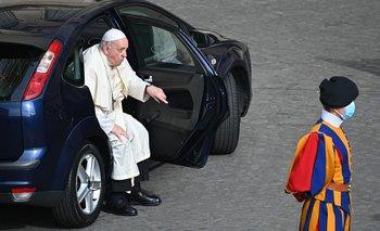 El papa Francisco se baja de un auto en el Vaticano