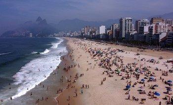 Vista aérea de personas disfrutando de la playa de Ipanema en Río de Janeiro, Brasil, el 6 de septiembre de 2020, en medio de la pandemia.
