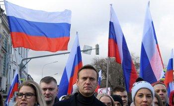 En esta foto de archivo tomada el 29 de febrero de 2020, el líder de la oposición rusa Alexei Navalni, su esposa Yulia, el político opositor Lyubov Sobol y otros manifestantes participan en una marcha