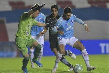 Rodrigo Formento bloquea a Ayrton Cougo