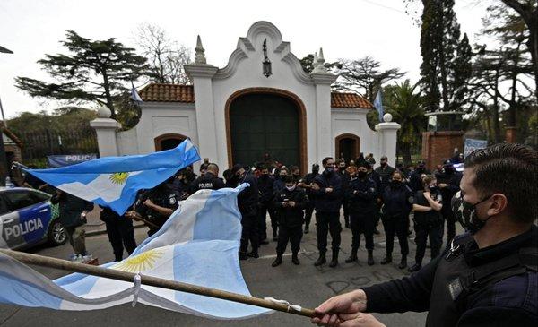 Patrulleros rodearon Olivos y Fernández dijo que no era ético aprovechar la pandemia para ahondar la crisis