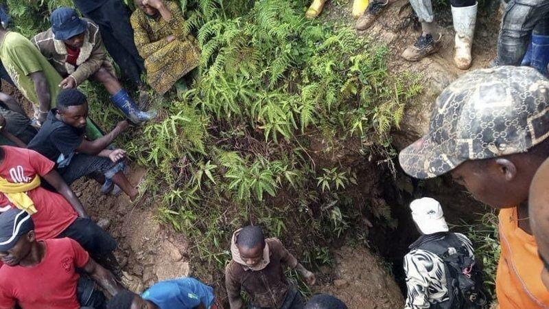 Extraen los primeros cuerpos tras derrumbe de mina de oro en RDC