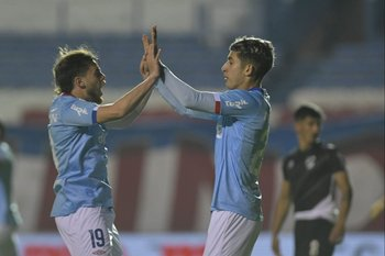 Trezza y Santi Rodríguez celebran el gol de Nacional