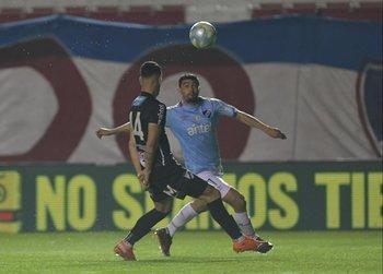 Gonzalo Castro intenta controlar la pelota