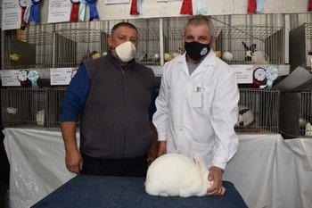 Hugo Piva, Gustavo Zícari y el mejor de todos los conejos que llegó desde Carmelo.
