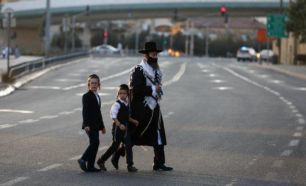 Los israelíes estrenan el Año Nuevo judío confinados por la pandemia