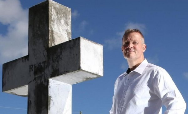 el hombre al que le pagan por revelar secretos de los muertos durante sus funerales