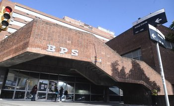 Edificio del BPS sobre calle Colonia en Montevideo.