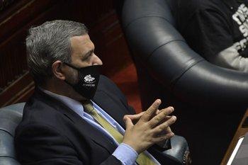 El senador homenajeó con un canto al recientemente fallecido carnavalero