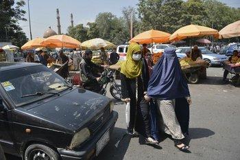 Las mujeres en Afganistán esperan por los movimientos del Talibán
