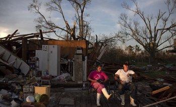 Darlene and Grant Dupre, sentados en lo que era su casa ubicada en Pointe-Aux-Chenes (Louisiana) tras el paso del huracán Ida