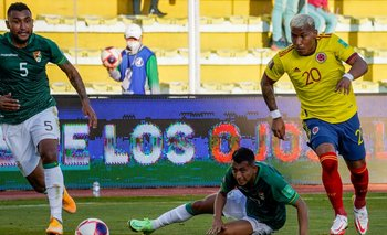 Roger Martínez, de Colombia, con la pelota