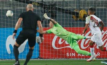 El gol de Renato Tapia que pegó en Josema Giménez y se le metió a Fernando Muslera