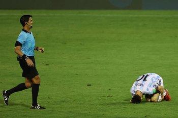 Messi ya está en el piso y Leodán González se acerca para amonestar al venezolano; luego de ver el VAR, lo expulsó