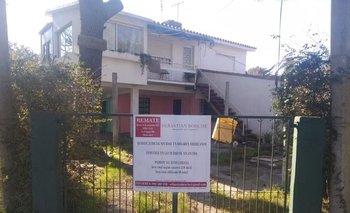La casa esquina con apartamento en segunda planta se encuentra en Atlántida,