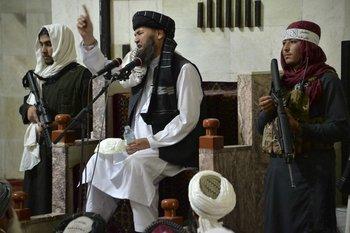 Talibanes armados escoltan al líder religioso
