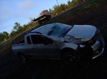 Una camioneta donde viajaban tres ocupantes despistó y chocó con un cartel; un joven falleció y el conductor tenía alcohol en sangre