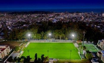El Parque Prandi luce su red lumínica con orgullo; Plaza Colonia recibirá el domingo 12 a Peñarol