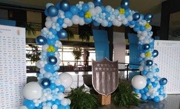 El escudo de Peñarol en el Estadio Campeón del Siglo está rodeado de globos para recibir a la selección uruguaya