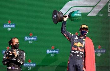 Lewis Hamilton observa y aplaude a Max Verstappen, quien ganó como local en Holanda y ahora volvió a ser el líder del Mundial de Fórmula Uno