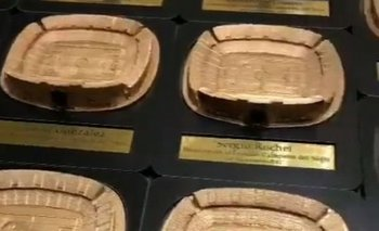 La réplica del Estadio Campeón del Siglo que Pëñarol le obsequiará a cada futbolista celeste en conmemoración del primer partido que la selección jugará en dicho escenario