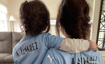"""La pareja de Agustín """"Canario"""" Álvarez y su hija Julia, ya viven con mucha anticipación el debut del delantero de Peñarol en la selección uruguaya"""