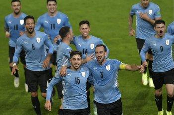 Diego Godín encabeza el festejo de la selección
