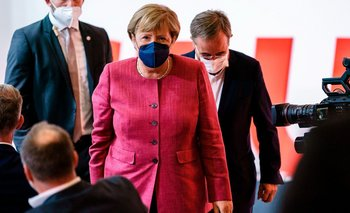 La canciller saliente Angela Merkel y el presidente del partido Unión Demócrata Cristiana (CDU) y principal candidato para las próximas elecciones federales, Armin Laschet se van después de pronunciar discursos durante un evento