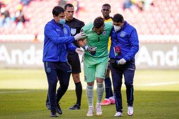 Hernan Galindez, golero de Ecuador, se retiró lesionado en el partido ante Chile este domingo en las Eliminatorias