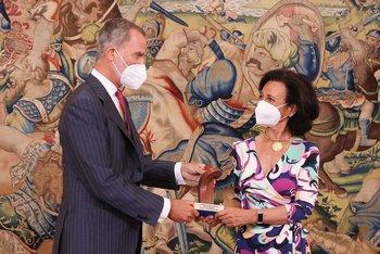 El rey Felipe VI le entregó a la presidenta de Santander, Ana Botìn, el premio Enrique Iglesias,  que reconoce su contribución al desarrollo económico y social de Iberoamérica y al fortalecimiento de los lazos entre los países que la forman.