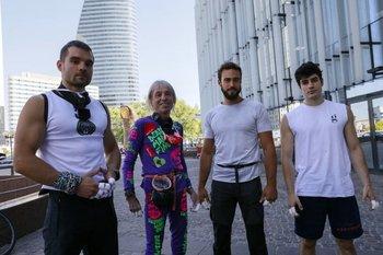 En orden de izquierda a derecha, Marcin Banot, Alain Robert, Alexis Landot y Leo Urban, antes de escalar el edificio
