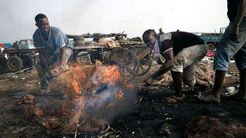 Quema de basura electrónica en Agbogbloshie, un barrio de Acra, la capital de Ghana