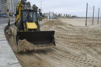 """La IMM remueve la arena para evitar """"fugas"""" hacia la Rambla"""