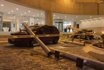 Vista de autos dañados afuera de un hotel luego del terremoto en Acapulco