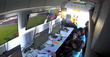 Andrés Cunha y Gustavo Tejera en la cabina de VAR en el partido IASA - Peñarol